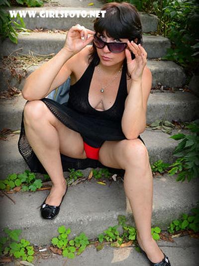 Фото под юбкой без трусов голые девушки на публике